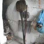 το φτυάρι (φουρνόξυλο ή πουρπούσι (αρβ.)) και ένα ξύλο βοηθητικό