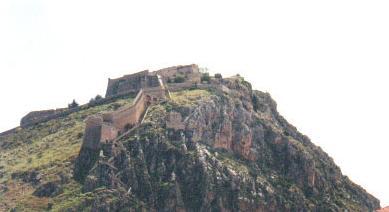 Επάνω: τα μυκηναϊκά τείχη του άργους